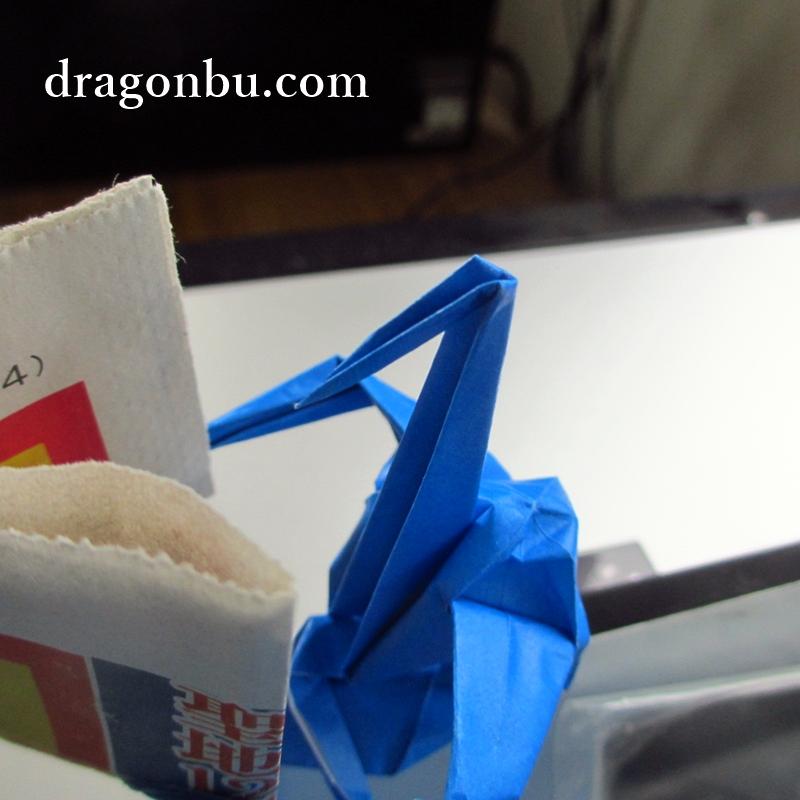スポニチを読む折り鶴(斜め上)