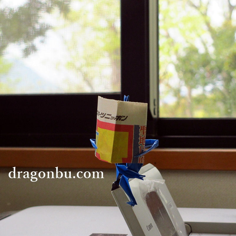 脚付き折鶴に新聞を読ませたらこうなる!スポニチを読むおっさん鶴の写真